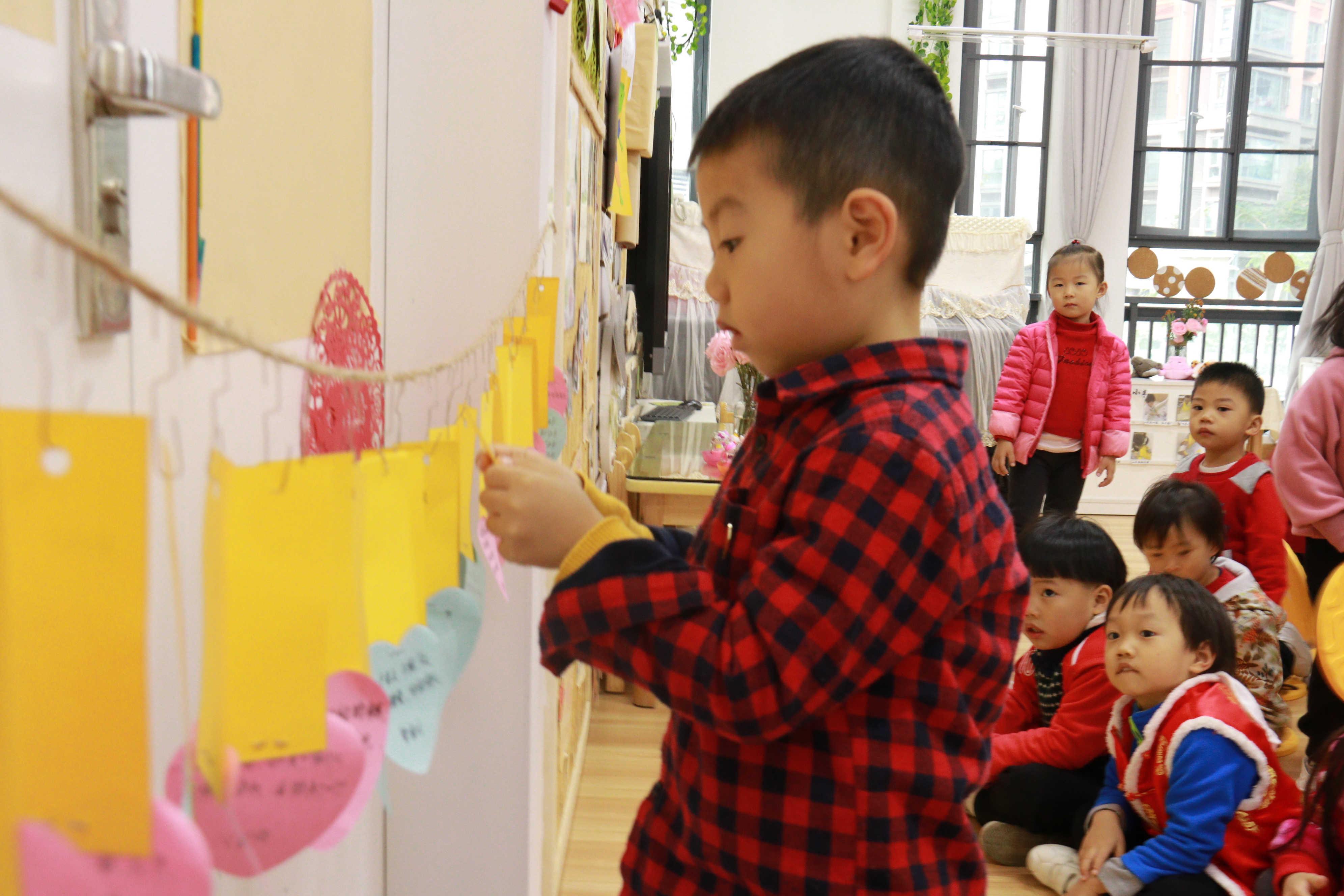 有名族特色的幼儿园大班美工区